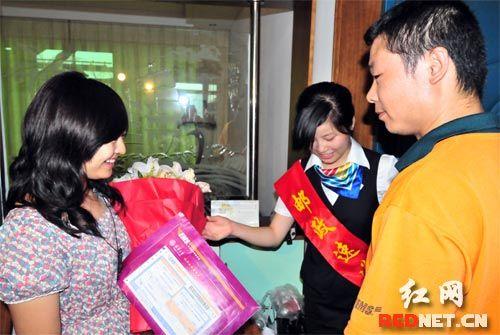 (湖南师大附中学生徐菀檠(左)成为了湖南第一个收到高考录取通知