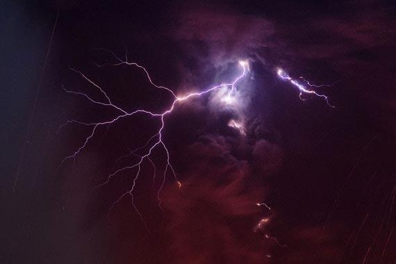 日本樱岛火山喷发现火山闪电景象