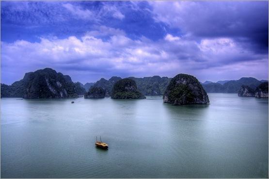 下龙湾是越南最著名的风景区.
