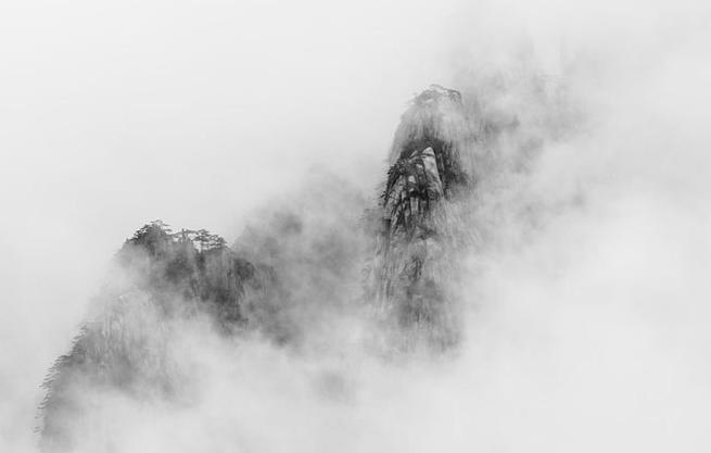 云烟飘渺,将黄山装点的如同巨幅的水墨画.