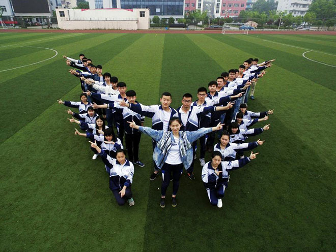 江西高考生创意毕业照 各式造型留下美好图片